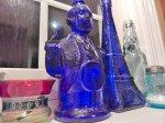 niebieskie, ozdobne butelki ze szkła do kuchni