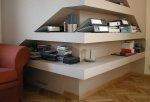 Niski skos można wykorzystać, budując pod nim półkę na książki.